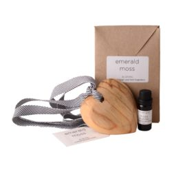 JE-Living-wooden-scented-heart-on-ribbon-11ml-fragrance-gift-bag